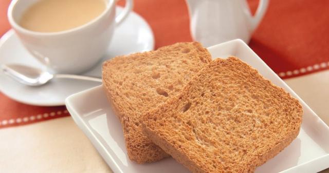 A colazione si può scegliere tra un bicchiere di latte parzialmente scremato, caffè a piacere con due fette biscottate, oppure un tè con miele.