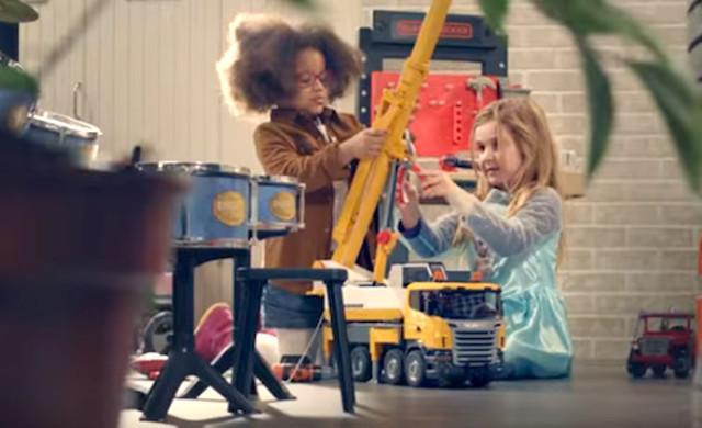 """I brand prettamente dedicati al giocattolo, risultano più reticenti al cambiamento e in alcuni casi, tuttora ancorati alla distinzione """"giochi da maschi"""" e """"giochi da femmine""""..."""