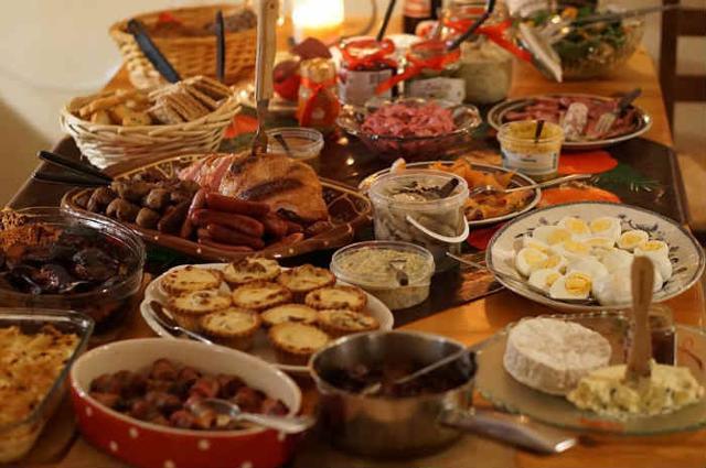 Gli italiani hanno speso a tavola quasi 2,6 miliardi di euro per i cibi e le bevande consumati tra la cena della vigilia e il pranzo di Natale