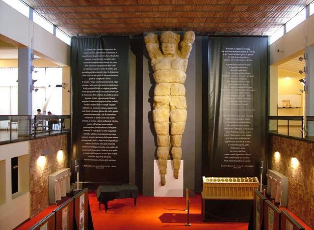 Il Telamone, ricomposto nel 1825, che si erge all'interno del museo archeologico di Agrigento