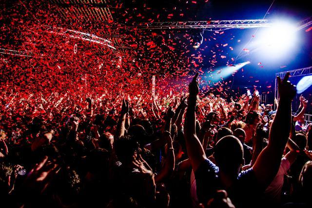 Un'idea vincente per conquistare un adolescente appassionato di musica è includere nel viaggio un evento della star preferita...