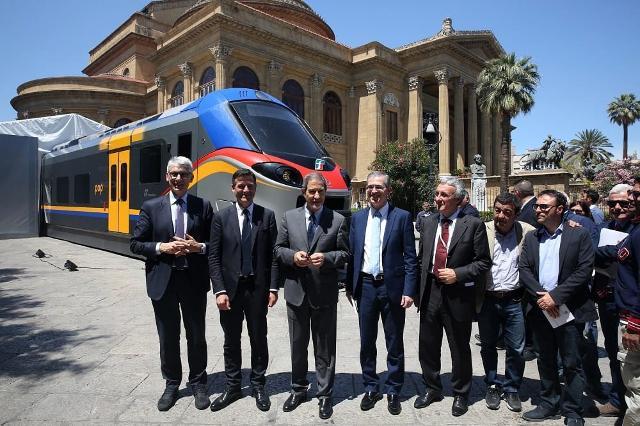 La cerimonia di consegna del primo treno Pop a Palermo