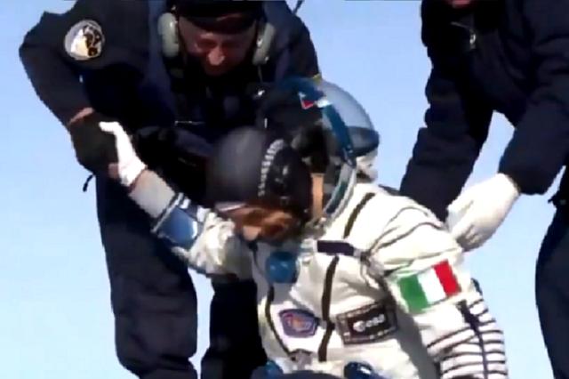 L'astronauta Luca Parmitano al rientro a Terra (fonte: Nasa TV, Roscosmos)
