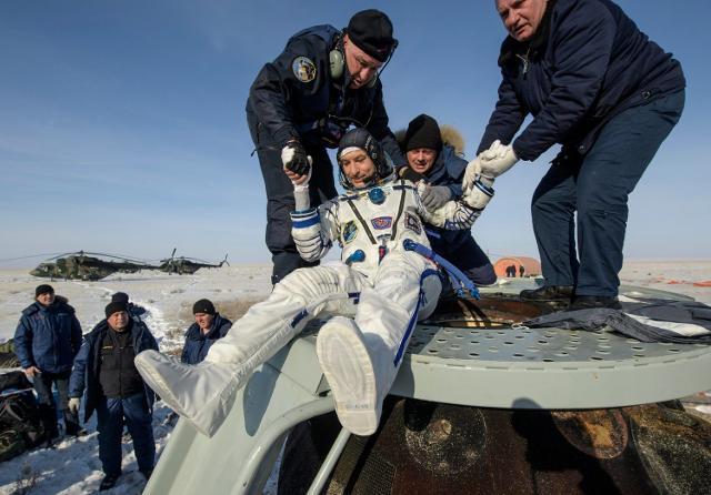 Luca Parmitano è uscito dalla capsula sorridente e in buone condizioni
