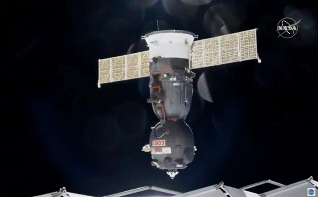 La navetta russa Soyuz appena sganciata dalla Stazione Spaziale. A bordo Luca Parmitano, Christina Koch e Alexander Skvortsov (fonte: NASA TV)