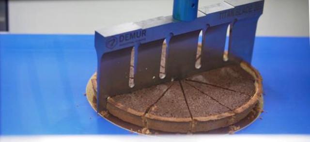 Se prima il taglio delle torte della Vigap SpA era affidato a una macchina meccanica manuale che lavorava circa 300 torte al giorno, oggi la cella robotizzata progettata da Demur-FANUC taglia 2.000 prodotti finiti quotidianamente...