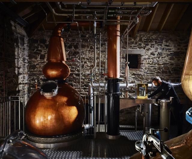 Da Catania, ogni due mesi, partono gli aromi verso una distilleria del sud di Londra. Da qui, una volta distillato, vengono spediti dei fusti, destinazione Sicilia...