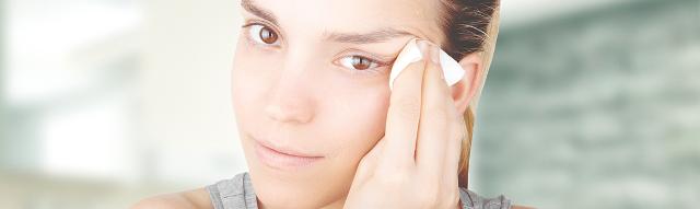 1. Strucca bene il viso mattina e sera. Ma attenzione a saponi e schiumogeni, potrebbero seccare la pelle.