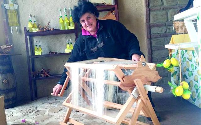Maria Teresa Rizzo mentre tesse la seta