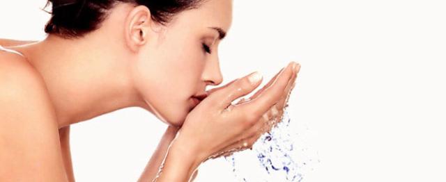 2. Lo sapevi che l'acqua calda può rendere la tua pelle più fragile?