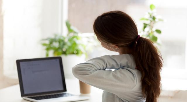 """Il lavoro a distanza ha scatenato una """"epidemia"""" di dolore cronico a livello lombare, dorsale, cervicale..."""