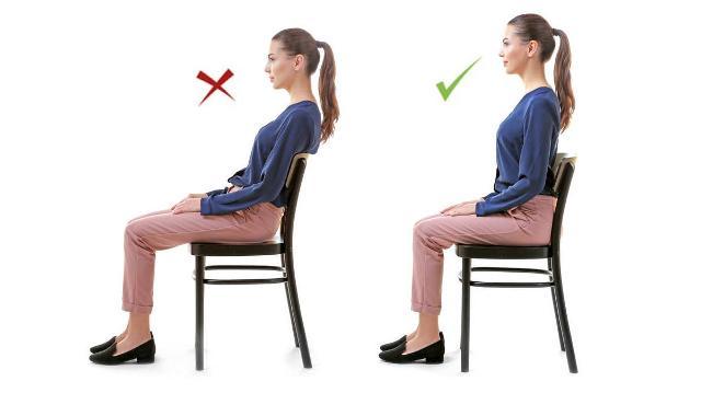 Sedere sempre diritti con la base della colonna ben sorretta; curvarsi fa male alle spalle e al collo.