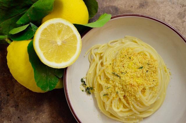 Chiudete gli occhi e respirate i limoni... La ricetta degli spaghetti alla siciliana consigliata dal Guardian!