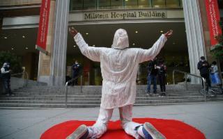A New York un artista di Caltagirone ha dedicato un monumento agli eroi del Covid