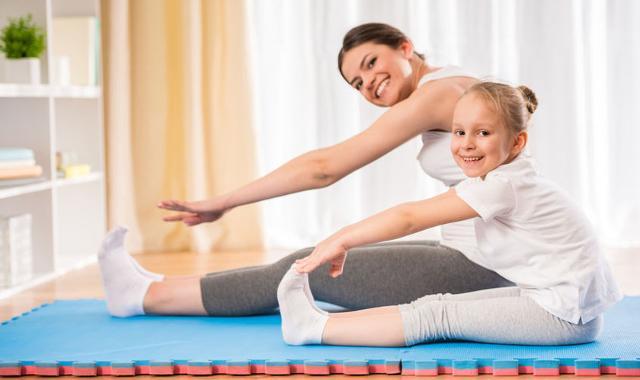 Anche per bambini è possibile svolgere esercizi e giochi in movimento, fuori ma anche in casa...
