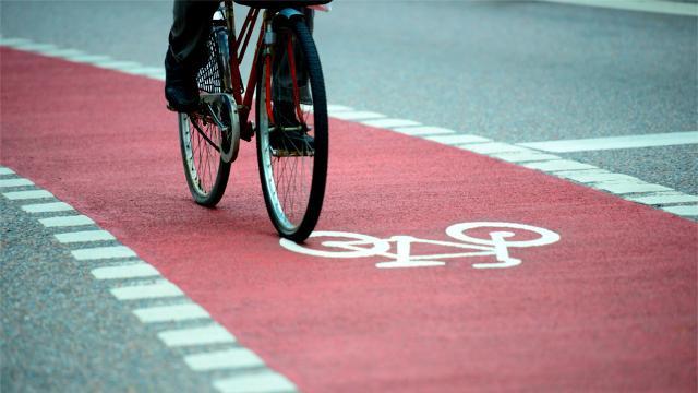 """Nello """"Decreto Rilancio"""" dello scorso 19 maggio è previsto anche la modifica del codice della strada per consentire l'apertura di piste ciclabili in via transitoria, anche solo con segnaletica orizzontale."""