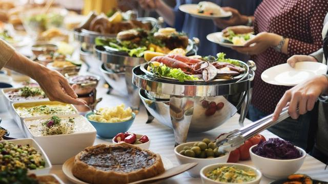 Ristorazione: è possibile organizzare una modalità a buffet - anche con porzioni monodose - mediante somministrazione da parte di personale incaricato, escludendo la possibilità per i clienti di toccare il cibo.