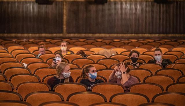 Cinema e spettacoli live: per spettacoli al chiuso, il numero massimo di utenti è di 200, per quelli all'aperto il numero massimo è 1000.