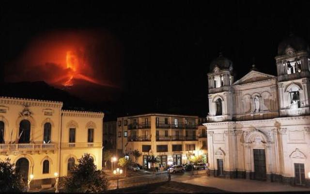 Eruzione dell'Etna del 2007 vista dalla piazza del Duomo di Zafferana Etnea