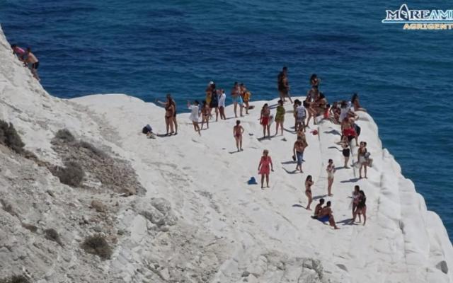 Scala dei Turchi, sotto sequestro, invasa dai vacanzieri