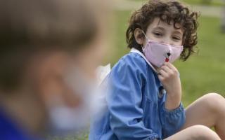 A scuola e all'asilo col grembiulino, per proteggersi anche dal Coronavirus