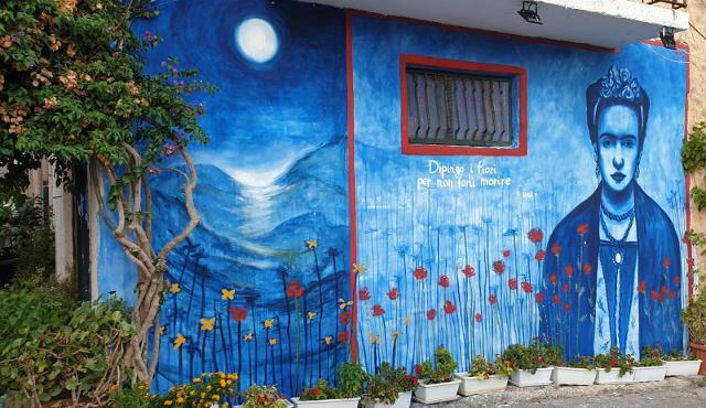 Murales realizzato da Peppe Vaccaro, dedicato a Frida Kahlo, in un muro di Borgo Parrini