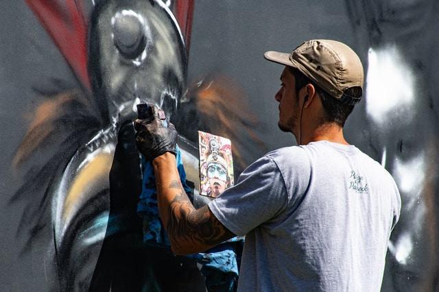 Uno street artist a lavoro