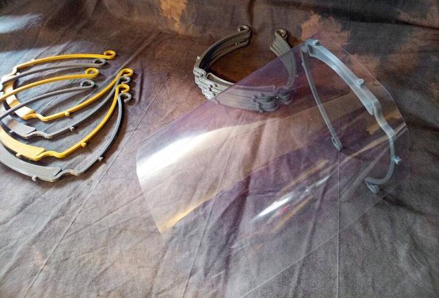 Le visiere protettive stampate in 3D dall'associazione VISIONARI