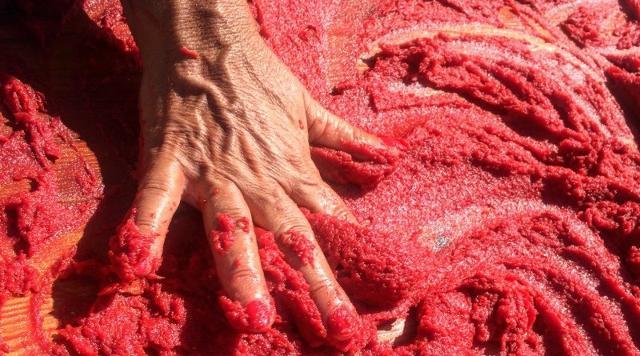 Vogliamo parlare dell'estratto di pomodoro, o meglio l'astrattu, la passata di pomodoro ristretta al sole col sale...
