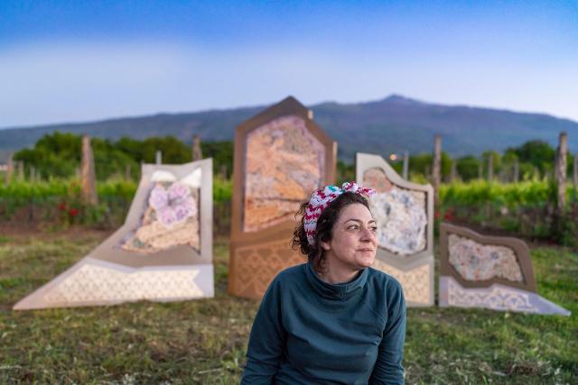 Gabriella Cincimino davanti ad una delle opere esposte nella tenuta Cottanera