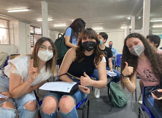 A Palermo la carica dei maturandi: ''Gasatissimi per il vaccino''