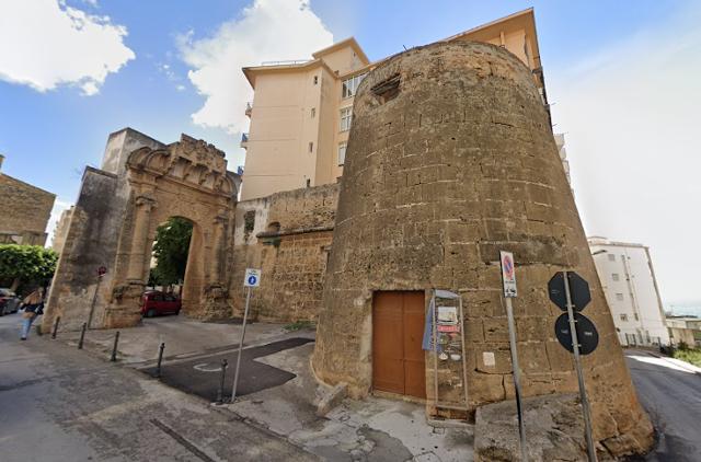 La torre cinquecentesca accanto a Porta San Salvatore