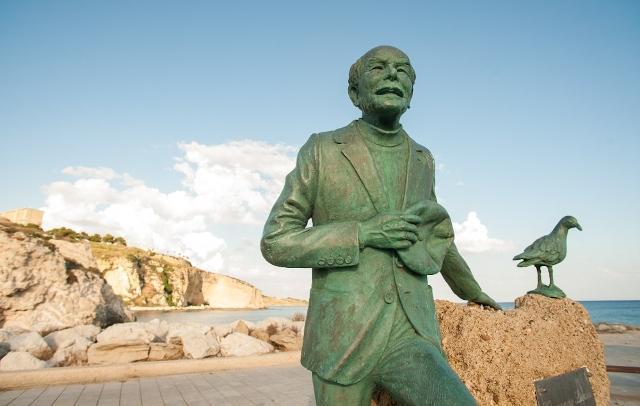 Vincenzo Licata, il Poeta del Mare. Opera dello scultore Filippo Prestia collocata vicino Rocca Regina, a Sciacca