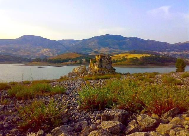 Resti del castello della Pietra d'Amico, nel comune di Alessandria della Rocca al confine con il territorio di Bivona