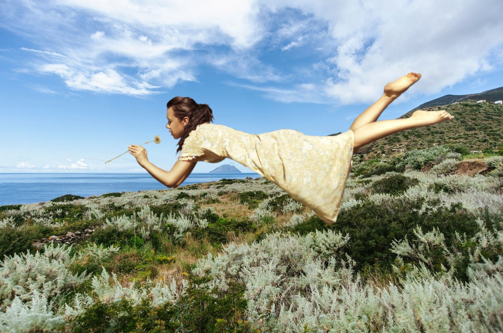 """La storia delle """"donne volanti"""" di Alicudi, lisergica isola delle Eolie..."""