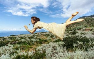 La storia delle ''donne volanti'' di Alicudi, lisergica isola delle Eolie...